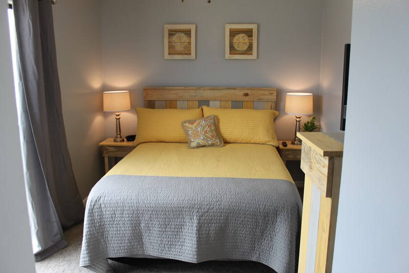 Yellow Bedroom (Queen bed w/cable)